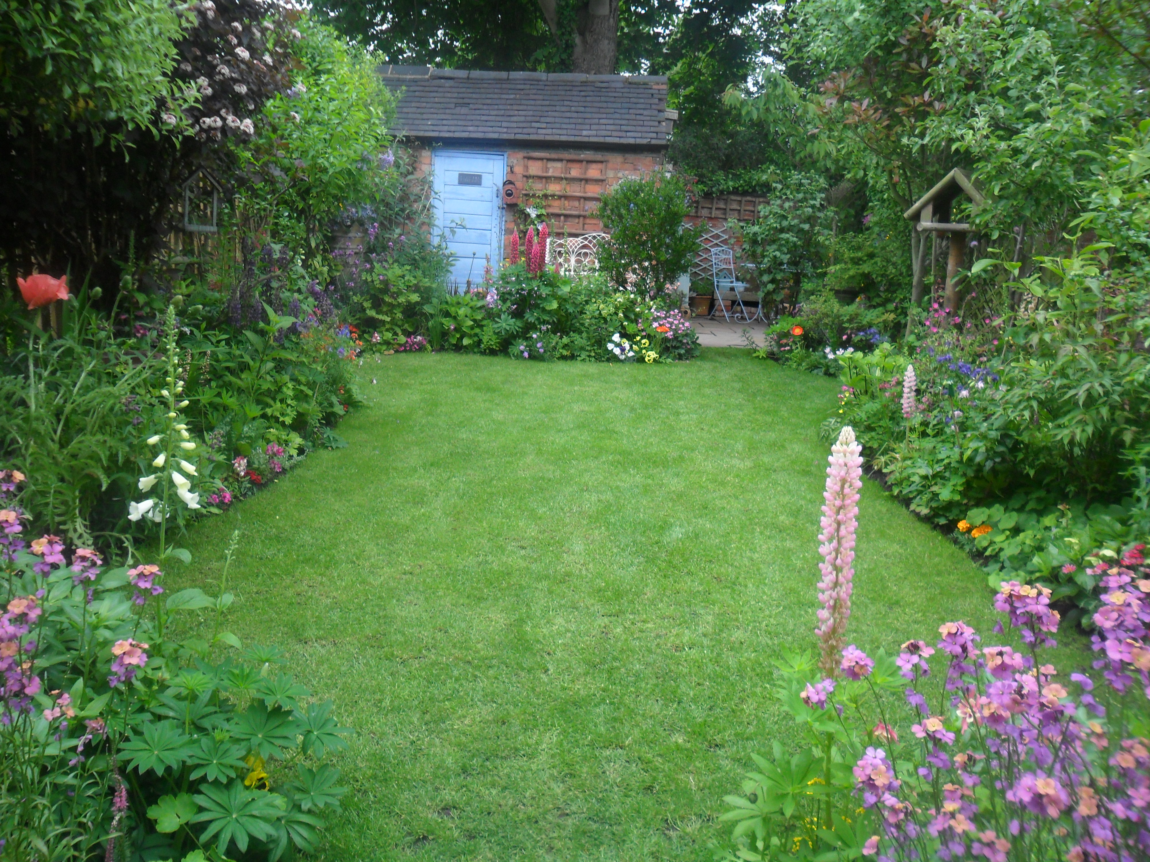 Beautiful back gardens home design for Beautiful small home gardens
